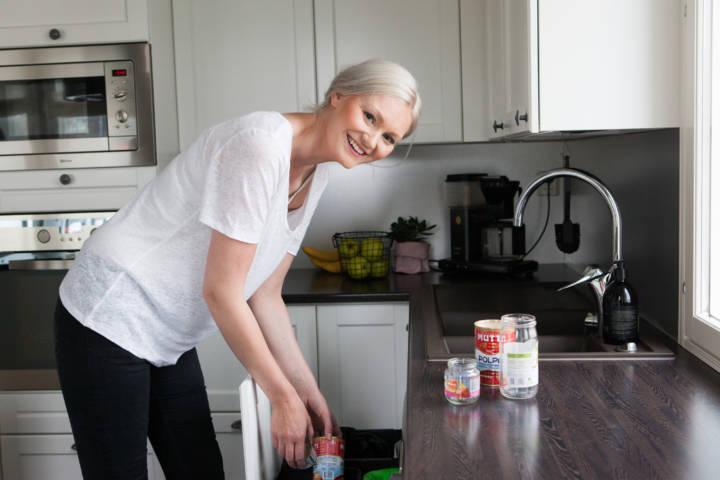 Lajittelu kotona metalli ja lasi omiin jäteastioihinsa