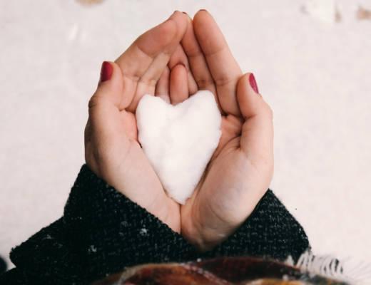 Käsissä on lumestä tehty sydän.