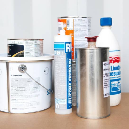 Vaarallisia jätteitä ovat esimerkiksi maalit ja liuottimet.