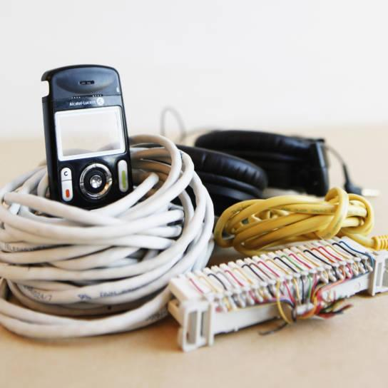 Sähkölaitteita ovat esimerkiksi kännykät, johdot ja kuulokkeet.