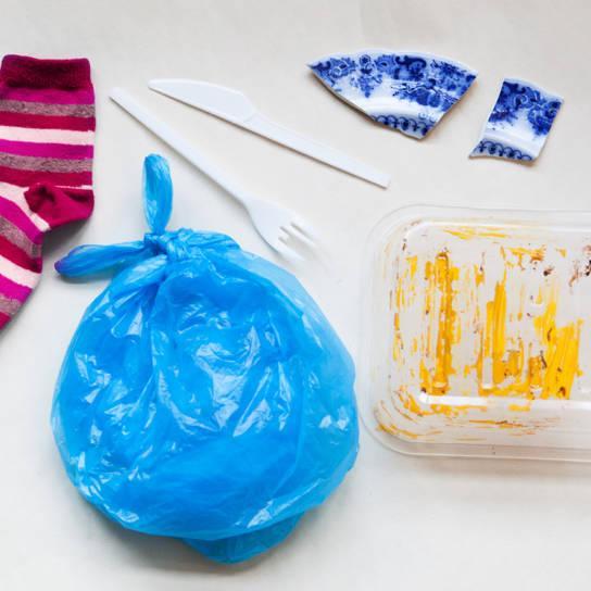 Sekatätettä ovat esimerkiksi rikkinäinen sukka, likainen muoviastia ja posliininsirpaleet.