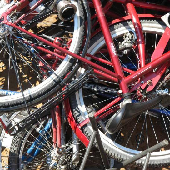 Rikkinäisiä polkupyöriä.