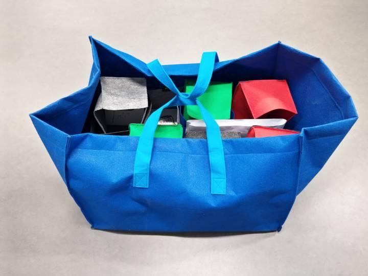 Kierrätysseikkailun materiaalit mahtuvat pakattuna yhteen kassiin.