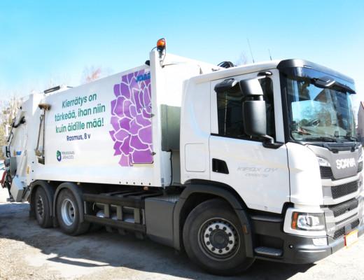 Valkoinen jäteauto, jossa teksti: Kierrätys on tärkeää, ihan niin kuin äidille mää! Rasmus, 8 v.